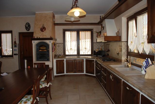 Cucine finta muratura roma ante e telai legno massello - Cucine artigianali in legno massello ...